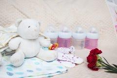 Ropa recién nacida del bebé con la botella Imagen de archivo libre de regalías