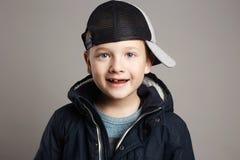 Ropa sonriente de moda del invierno del niño Imagen de archivo libre de regalías