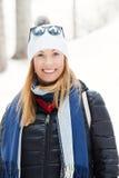 Ropa sonriente del invierno de la mujer Nieve y naturaleza, vacaciones de las montañas Imagen de archivo libre de regalías