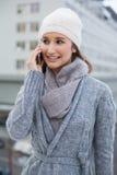 Ropa sonriente del invierno de la mujer que lleva magnífica que tiene una llamada Imagen de archivo libre de regalías