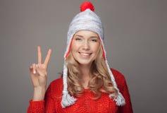 Ropa sonriente hermosa del invierno de la mujer que lleva Foto de archivo libre de regalías