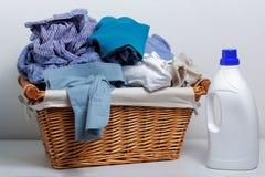 Ropa sucia en la cesta de lavadero Foto de archivo
