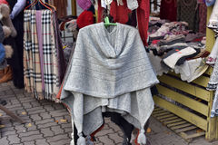 Ropa tejida a mano de lana en Tallinn Fotos de archivo