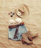 Ropa temática de la playa occidental para mujer desde arriba Imagenes de archivo