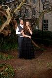 Ropa victoriana de los pares en el parque imagen de archivo