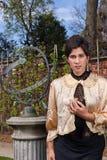 Ropa victoriana, eje y reloj de sol de la mujer en th fotos de archivo libres de regalías
