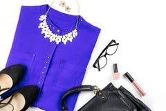 Ropa y accesorios casuales femeninos del estilo de la oficina - la camisa púrpura, zapatos inclinados, bolso, compone artículos Fotos de archivo libres de regalías