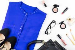 Ropa y accesorios casuales femeninos del estilo de la oficina - la camisa púrpura, zapatos inclinados, bolso, compone artículos Imagenes de archivo