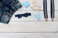 Ropa y accesorios del azul para el muchacho Mofa para arriba Foto de archivo