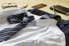 Ropa y accesorios del hombre de negocios en cama fotografía de archivo libre de regalías