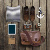 Ropa y accesorios del inconformista en un fondo de madera Fotos de archivo libres de regalías