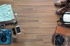 Ropa y accesorios del inconformista en un fondo de madera Foto de archivo