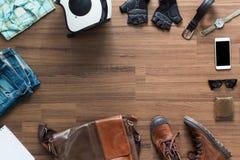 Ropa y accesorios del inconformista en un fondo de madera Fotos de archivo