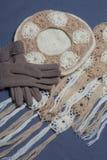 Ropa y accesorios del otoño Boina, guantes y bufanda hechos punto en un fondo gris Imagenes de archivo