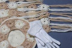 Ropa y accesorios del otoño Boina, guantes y bufanda hechos punto en un fondo gris Fotos de archivo libres de regalías