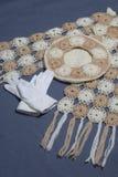 Ropa y accesorios del otoño Boina, guantes y bufanda hechos punto en un fondo gris Fotos de archivo