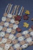 Ropa y accesorios del otoño Bufanda hecha punto Asperjado con las hojas de otoño coloridas en un fondo gris Fotografía de archivo libre de regalías