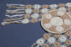 Ropa y accesorios del otoño E en un fondo gris Fotos de archivo