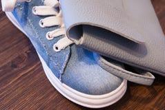 Ropa y accesorios del ` s de las mujeres Vaqueros, monedero y zapatos Imagen de archivo libre de regalías