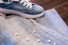 Ropa y accesorios del ` s de las mujeres Vaqueros, monedero y zapatos Foto de archivo