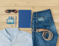 Ropa y accesorios del ` s de los hombres en el piso de madera Fotos de archivo libres de regalías