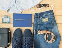 Ropa y accesorios del ` s de los hombres en el piso de madera Fotos de archivo