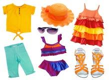 Ropa y accesorios del verano aislados en blanco El niño viste c Imagen de archivo libre de regalías