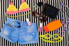 Ropa y accesorios del verano para su día de fiesta del mar Foto de archivo