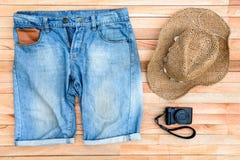 ropa y accesorios en un fondo de madera Fotos de archivo