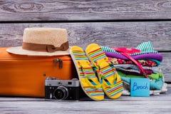 Ropa y accesorios femeninos del verano en la tabla de madera Foto de archivo libre de regalías
