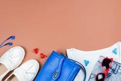 Ropa y accesorios femeninos elegantes del verano en los colores rojos, azules y blancos, espacio de la copia Foto de archivo libre de regalías