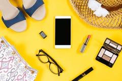 Ropa y accesorios femeninos en el fondo amarillo brillante, visión superior Imagen de archivo libre de regalías