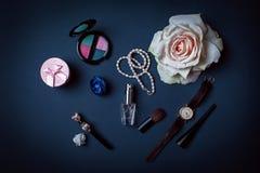 Ropa y accesorios femeninos modernos en fondo del color Foto de archivo libre de regalías