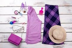 Ropa y accesorios púrpuras de moda femeninos de la moda Foto de archivo