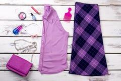 Ropa y accesorios púrpuras femeninos del color Fotografía de archivo