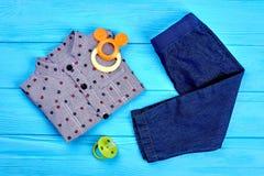 Ropa y accesorios para el bebé Fotos de archivo