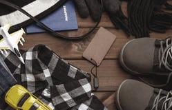 Ropa y accesorios para el muchacho en un fondo marrón Foto de archivo