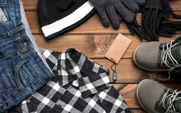 Ropa y accesorios para el muchacho en un fondo marrón Foto de archivo libre de regalías