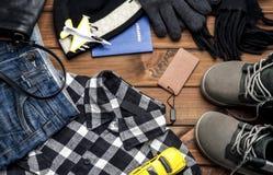 Ropa y accesorios para el muchacho en un fondo marrón Fotos de archivo libres de regalías