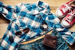 Ropa y accesorios para el viaje en el ƒ de madera del ¹ del backgroundà Fotografía de archivo libre de regalías