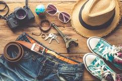 Ropa y accesorios para el viaje en el fondo de madera Fotos de archivo libres de regalías