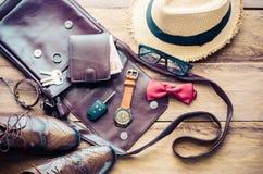 Ropa y accesorios para el viaje en el fondo de madera Fotografía de archivo