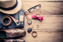 Ropa y accesorios para el viaje en el fondo de madera Imágenes de archivo libres de regalías