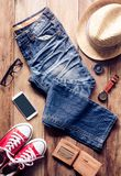 Ropa y accesorios para el viaje en piso de madera Foto de archivo libre de regalías