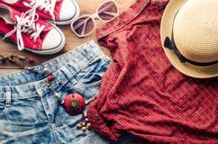 Ropa y accesorios para las mujeres con verano en el piso de madera Foto de archivo libre de regalías
