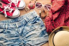 Ropa y accesorios para las mujeres con verano en el piso de madera Fotografía de archivo libre de regalías