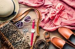 Ropa y accesorios para las mujeres en el piso de madera Imágenes de archivo libres de regalías