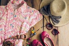 Ropa y accesorios para las mujeres en el piso de madera para el viaje en h Fotos de archivo libres de regalías