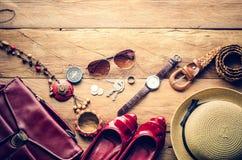 Ropa y accesorios para las mujeres en el piso de madera para el viaje en h Fotografía de archivo libre de regalías