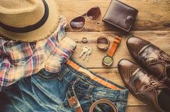 Ropa y accesorios para los hombres en el piso de madera Fotos de archivo